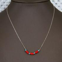 Collier en argent avec de petites perles rouges et bleues